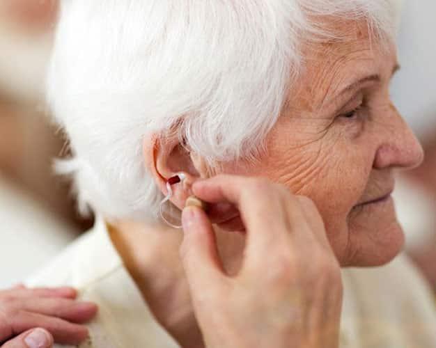 دلایل کم شنوایی در سالمندان